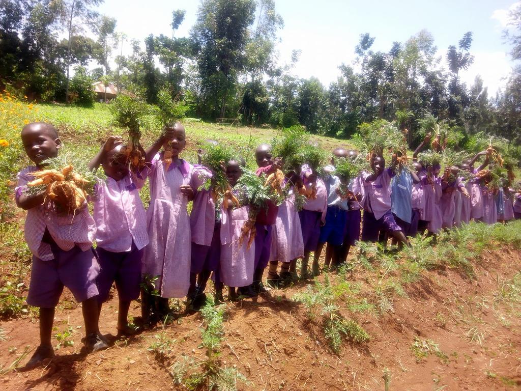 Stolze Kinder mit eignem Gemüse